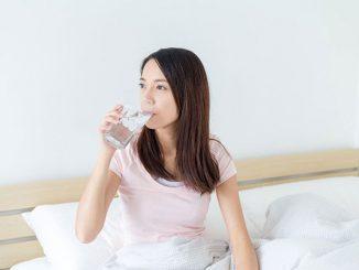 Ilustrasi minum air putih di pagi hari. Dahulukan air putih sebelum minuman berwarna (KalderaNews/Ist)