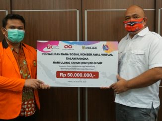 Serah terima bantuan dana pendidikan dari Otoritas Jasa Keuangan (OJK) untuk mahasiswa Unika Atma Jaya