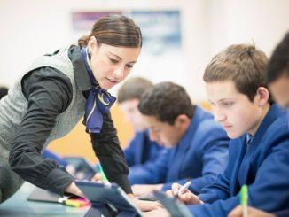 Ilustrasi guru dampingi anak belajar. Guru yang baik akan dikenang oleh siswa (KalderaNews/Ist)