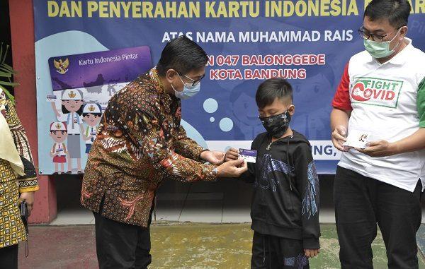 Muhammad Rais, siswa SDN 047 Balonggede, Kota Bandung, Jawa Barat, yang berasal dari keluarga pemulung dan sering melakukan aktivitas belajar di pinggir trotoar mendapatkan KIP Sekolah