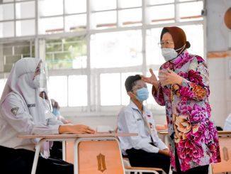 Wali Kota Surabaya Tri Rismaharini hadir menjadi guru di hadapan belasan pelajar kelas IX saat simulasi sekolah tatap muka