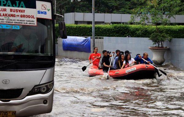 Banjir di salah ruas jalan di Jakarta. (KalderaNews.com/y.prayogo)