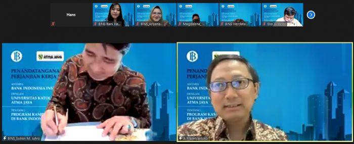 Kepala BI Institut, Dr Solikin M. Juhro dan (kanan) Rektor Unika Atma Jaya, Dr A. Prasetyantoko menandatangani dokumen kerjasama untuk menjalankan program Kampus Merdeka