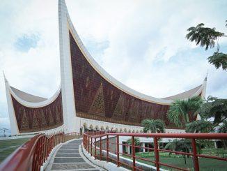 Bentuk sudut lancip Masjid Raya Sumatera Barat mewakili atap bergonjong pada rumah adat Minangkabau rumah gadang