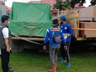 Penyaluran bantuan Kemendikbud ke sejumlah sekolah yang terdampak banjir di Kalimantan Selatan. (Dok. Kemendikbud)
