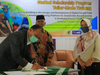 Penandatanganan penerimaan beasiswa pelatihan StuNed oleh Rektor UNIMEN, Yunus Busa disaksikan Bupati Enrekang, Muslim Bando (tengah) dan pengagas proposal pelatihan, Nurdahlia Lairing (kanan)