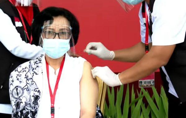 Ilustrasi: Ketua Umum PGRI, Unifah Rosyidi saat mendapatkan vaksinasi Covid-19. (KalderaNews.com/Ist.)