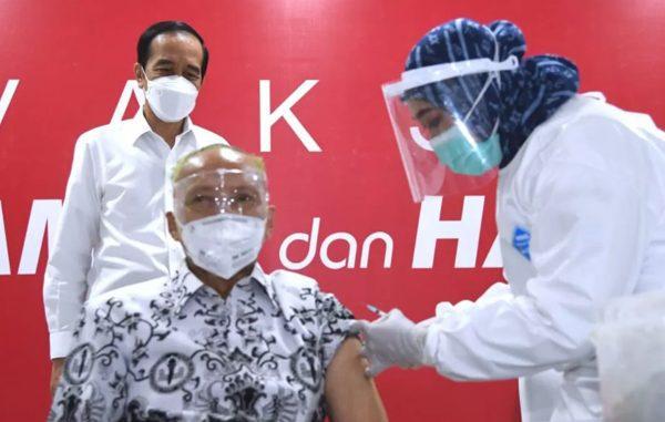 Presiden Joko Widodo saat meninjau pelaksanaan vaksinasi massal yang diperuntukkan bagi tenaga pendidik dan kependidikan. Vaksinasi tersebut digelar di SMAN 70, Jakarta, pada Rabu, 24 Februari 2021. (KalderaNews.com/Foto: BPMI Setpres/Lukas)