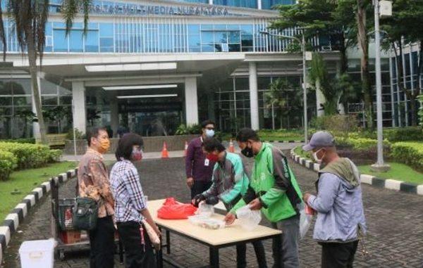Universitas Multimedia Nusantara (UMN) berbagi nasi kotak kepada warga sekitar kampus. (KalderaNews.com/Dok. UMN)
