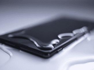 Hati-hati, salah penanganan dapat membuat ponsel yang tercebur air rusak. (KalderaNews.com/Ist)