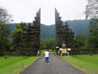 Bali Handara Gate, sebuah gapura yang terdapat di kawasan Handara Golf & Resort Bali. Gapura tersebut terletak di pinggir jalan raya utama yang menghubungkan kawasan wisata Bedugul dengan Singaraja Buleleng