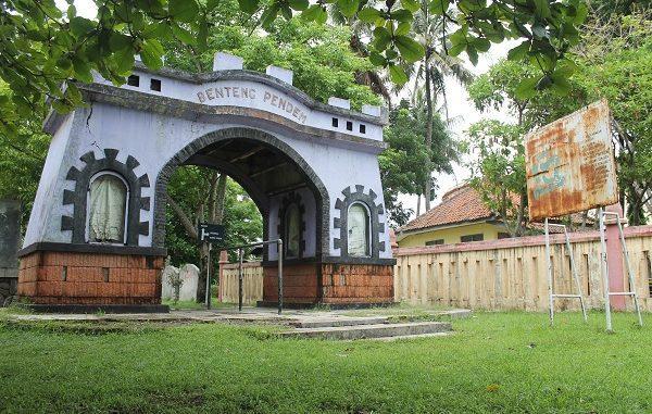 Benteng Pendem terletak di bagian tenggara kota Cilacap, ujung Timur Pantai Teluk Penyu di wilayah Kelurahan Cilacap, Jawa Tengah