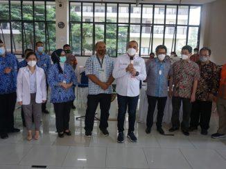 Bupati Tangerang, Ahmed Zaki Iskandar (tengah) meresmikan pembukaan SVADaya, didampingi Wakil Rektor Unika Atma Jaya, Dr. Agustinus Prajaka Wahyu Baskara, S.H., M.Hum. (sisi kiri Bupati Tangerang), dan Founder ProSehat dan Alumni FKIK UNIKA Atma Jaya, dr. Gregorius Bimantoro (paling kanan).