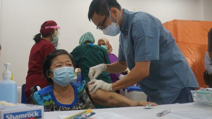 Kelompok prioritas lansia menerima vaksin COVID-19 produksi Biofarma di Kampus 3 BSD Unika Atma Jaya