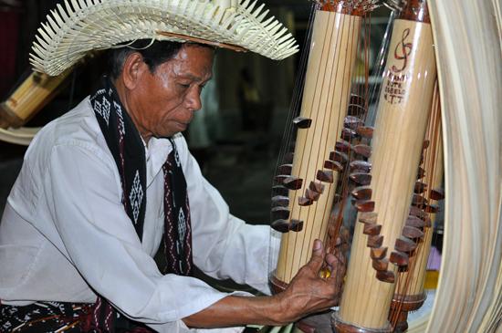 Jeremias Ougust Pah, pemain Sasando