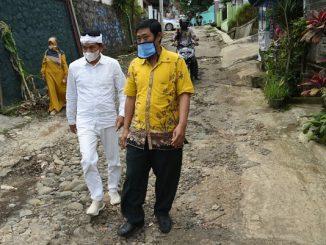 Anggota Fraksi II DPR RI, Dedi Mulyadi bersama Pak Eko Purtjahjanto, guru yang memviralkan jalan rusak di Desa Cijalingan, Kabupaten Sukabumi