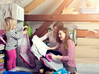 Anak dan ibu sedang membersihkan rumah