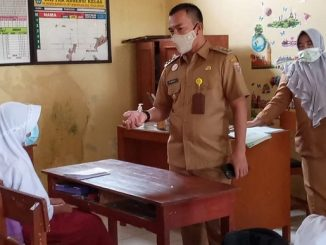 Bupati Batang, Wihaji meninjau jalannya Pembelajaran Tatap Muka (PTM) di SDN Randu 1, Kecamatan Pecalungan, Kabupaten Batang, Selasa, 9 Maret 2021