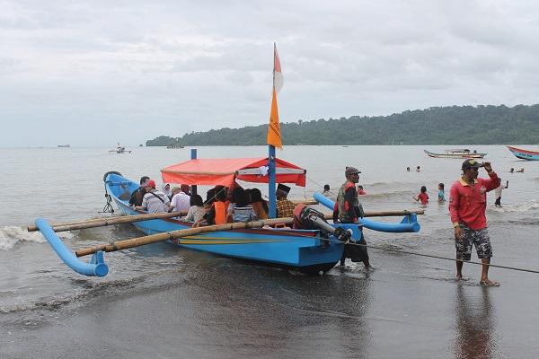 Pengunjung Pantai Teluk Penyu di wilayah Kelurahan Cilacap, Jawa Tengah