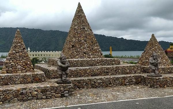 Monumen Batu Banjir di kompleks Pura Ulun Danu Beratan di Bedugul