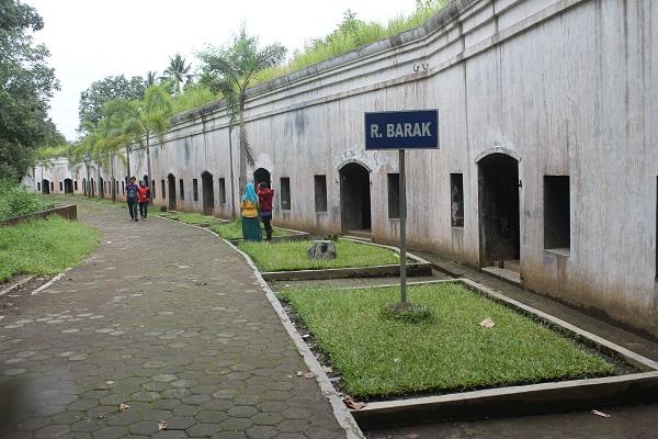 Ruang barak di Benteng Pendem yang terletak di bagian tenggara Kota Cilacap, ujung Timur Pantai Teluk Penyu di wilayah Kelurahan Cilacap, Jawa Tengah