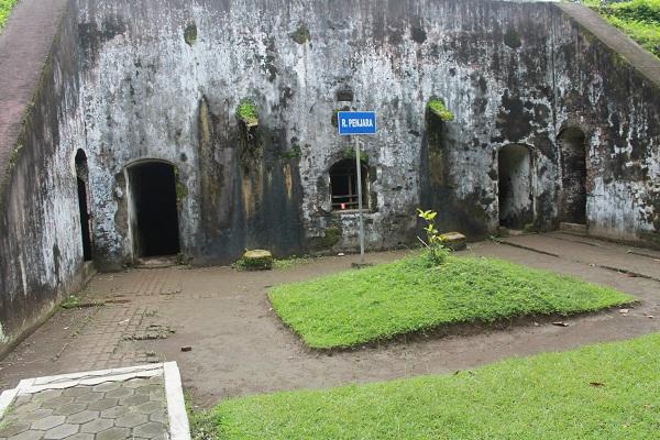 Ruang penjaran di Benteng Pendem yang terletak di bagian tenggara Kota Cilacap, ujung Timur Pantai Teluk Penyu di wilayah Kelurahan Cilacap, Jawa Tengah