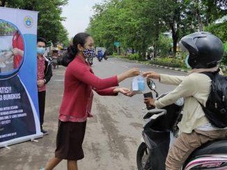 Peserta didik SMK St Louis Surabaya berbagi nasi bungkus di masa pandemi Covid -19