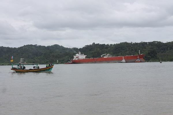 Tanker Pertamina di Pantai Teluk Penyu di wilayah Kelurahan Cilacap, Jawa Tengah