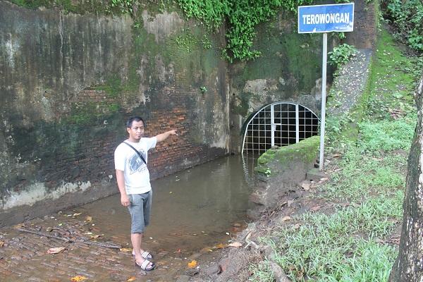 Terowongan Benteng Pendem di bagian tenggara Kota Cilacap, ujung Timur Pantai Teluk Penyu di wilayah Kelurahan Cilacap, Jawa Tengah
