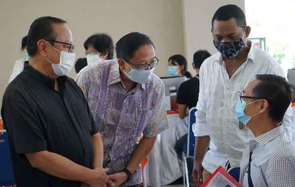 Uskup Agung Jakarta Mgr. Ignatius Suharyo bersama Rektor Universitas Katolik (UNIKA) Atma Jaya, Dr. A. Prasetyantoko meninjau pelaksanaan program vaksinasi untuk warga lansia di Kabupaten Tangerang dan juga para dosen Atma Jaya pada Minggu lalu, 21 Maret 2021