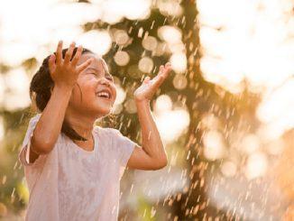 bermain hujan, manfaat hujan, manfaat hujan untuk anak