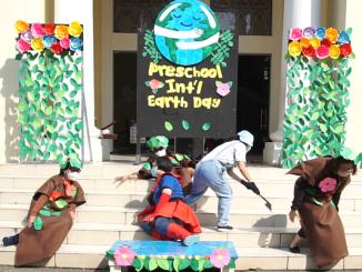 "Drama ""Captain Planet"" yang dimainkan guru-guru Preschool Stella Maris Gading Serpong untuk memperigati International Earth Day (Hari Bumi Sedunia), Kamis, 22 April 2021"