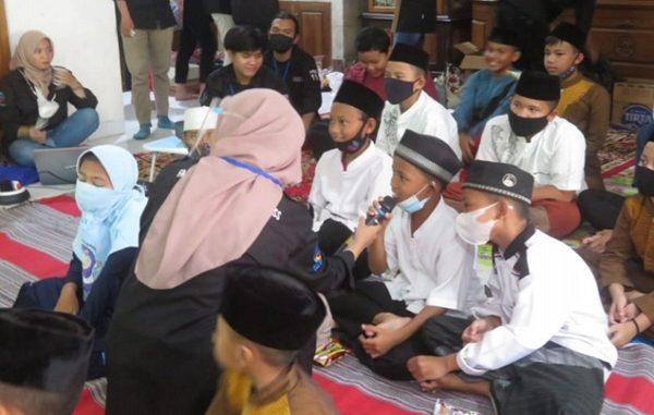 Mahasiswa UEU dampingi anak panti belajar. (KalderaNews.com/Dok.UEU)