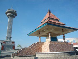 Masjid Agung Jawa Tengah mulai dibangun sejak tahun 2001 hingga selesai secara keseluruhan pada tahun 2006. Masjid ini kokoh berdiri di atas lahan 10 hektare di Semarang, Jawa Tengah