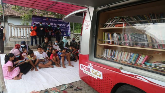 Mobil KaCa Universitas Muhammadiyah Malang (UMM) menghibur korban gempa bumi bermagnitudo 6,1 di Kabupaten Malang