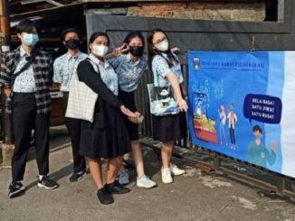 Peserta didik SMA Marsudirini Bekasi melaksanakan Kegiatan Kemasyarakatan SMA Marsudirini Bekasi (KKSM) dengan memasang spanduk edukasi
