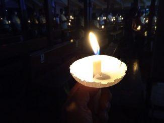 Upacara cahaya pada Misa Vigili Paskah di Gereja Kalvari Paroki Lubang Buaya Jakarta Timur pada Sabtu, 4 April 2021. Vigili berasal dari kata bahasa Latin vigilis berarti berjaga-jaga atau bersiap-siap. Lilin dinyalakan sebagai lambang Kristus yang bangkit dari kematian