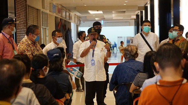 Sekretaris Camat Kecamatan Kosambi, Dr. Syarif Hidayat M.M., membuka dan meresmikan vaksinasi untuk 1000 lansia dan pekerja publik di Kecamatan Kosambi. Sentra Vaksinasi ini adalah bentuk solidaritas sosial yang dikelola oleh Lembaga Penelitian dan Pengabdian Masyarakat (LPPM) Unika Atma Jaya, Jumat, 9 April 2021