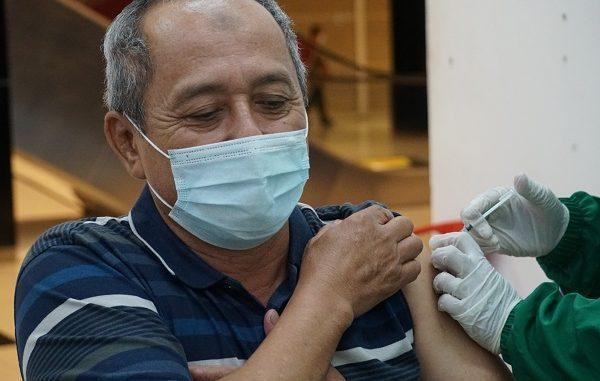 Vaksinasi dosis pertama di Bandara City Mall hasil kolaborasi Unika Atma Jaya bersama dengan Ikatan Alumni Unika Atma Jaya, dan didukung oleh Dinas Kesehatan Kabupaten Tangerang, Kecamatan Kosambi, dan ProSehat, dan fasilitas layanan kesehatan antara lain RSIA BUN, RS Mitra Husada Tangerang, dan RS Atma Jaya, Jumat, 9 April 2021
