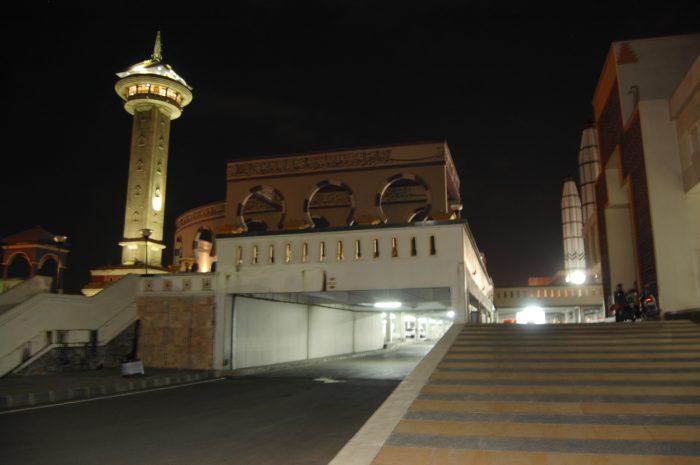 Masjid Agung Jawa Tengah (MAJT) di Semarang ini dirancang dalam gaya arsitektural campuran Jawa, Islam dan Romawi. Bangunan utama masjid beratap limas khas bangunan Jawa, namun di bagian ujungnya dilengkapi dengan kubah besar berdiameter 20 meter, ditambah lagi dengan 4 menara masing masing setinggi 62 meter di tiap penjuru