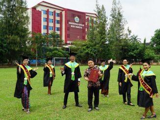 Dosen Prodi Pendidikan Bahasa Inggris, Fakultas Humaniora dan Ilmu Pendidikan, A. Inharjanto SCJ bersama wisudawan Cum Laude Universitas Katolik Musi Charitas (UKMC) Palembang