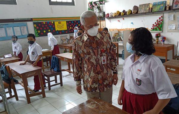 Deputi Agus Sartono meninjau langsung kesiapan KBM tatap muka di Kota Yogyakarta. (KalderaNews.com/Dok. Kemenko PMK)