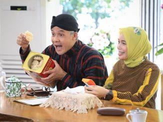 Ekspresi Gubernur Jawa Tengah Ganjar Pranowo bersama istri tercinta Siti Atikoh saat ngeprank mahasiswa di Jepang asal Semarang Alvin di acara halalbihalal virtual
