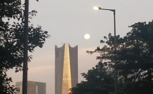 Cahaya bulan pada Selasa sore, 25 Mei 2021 menjelang Hari Raya Waisak di langit Jakarta. Gerhana Bulan Total atau Super Blood Moon akan terjadi saat Hari Raya Waisak pada Rabu, 26 Mei 2021