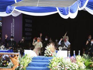 "Upacara peringatan Hardiknas 2021 dengan tema ""Serentak Bergerak, Wujudkan Merdeka Belajar"" di halaman Kantor Kementerian Pendidikan dan Kebudayaan (Kemendikbud), Jakarta, Minggu, 2 April 2021"