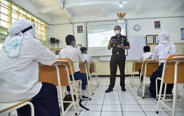 Kepala Kejaksaan Negeri (Kajari) Tanjung Perak, I Ketut Kasna Dedi menjadi guru dalam ujicoba pembelajaran tatap muka (PTM) melalui sistem blended learning SMP Negeri 1 Surabaya, Jumat, 7 Mei 2021