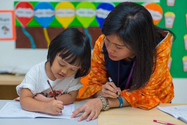 Pendampingan pendidik dan psikolog Cikal bagi anak dengan kebutuhan khusus telah dimulai sejak usia dini di Rumah Main Cikal