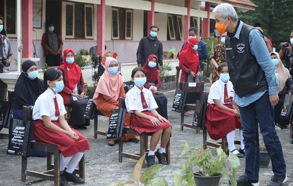 Gubernur Ganjar berdialog dengan siswa SD di Desa Growong, Kecamatan Tempuran, Kabupaten Magelang
