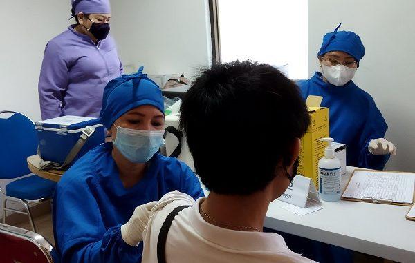 Vaksinasi guru di Klinik Pratama Griya Kasih Indah Kelapa Gading Kelapa Gading, Jakarta Utara, Selasa, 27 April 2021
