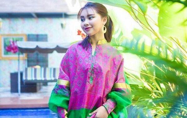 Zia mempertegas kecantikan perempuan Indonesia dengan balutan kain tradisional yang modern
